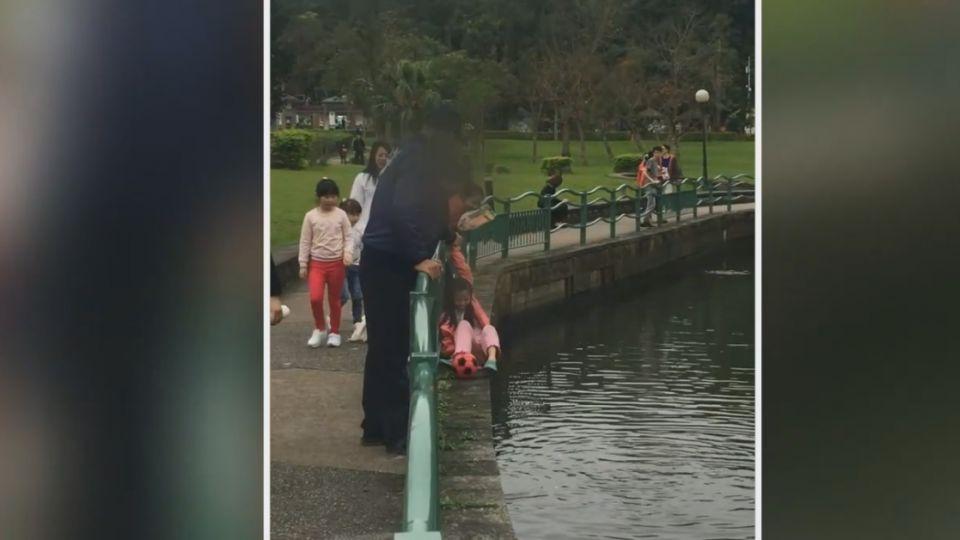 扯!球掉湖裡... 家長竟拉手讓女童下湖「用腳撿」