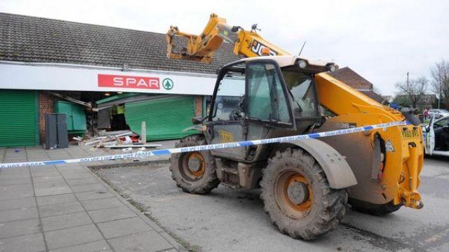 太離譜!男子開挖掘機撞破超市牆 ATM整台抱走大偷143萬
