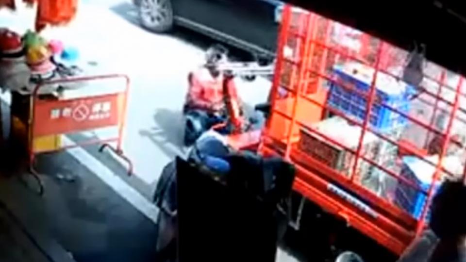 鐵牛車「逆停」遭撞!男子怒嗆阿婆 險推翻電動車