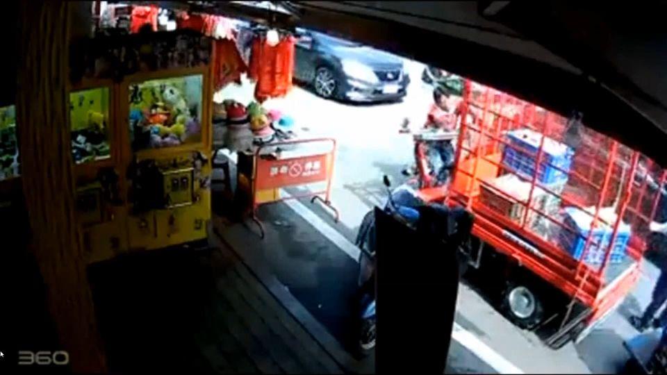 鐵牛車「逆向」遭撞 男子怒推老婆婆電動車