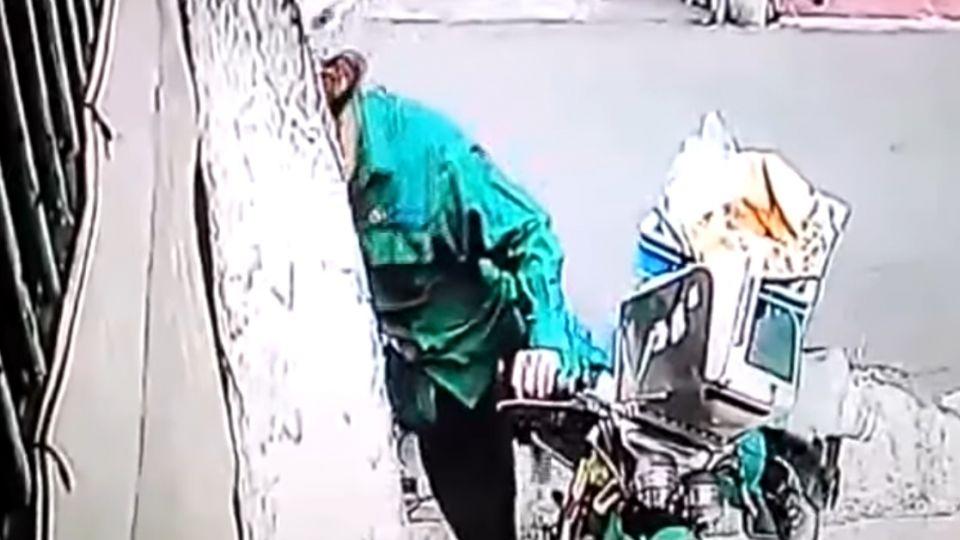綠衣使者送信送到發火 狠踹住戶機車被拍下