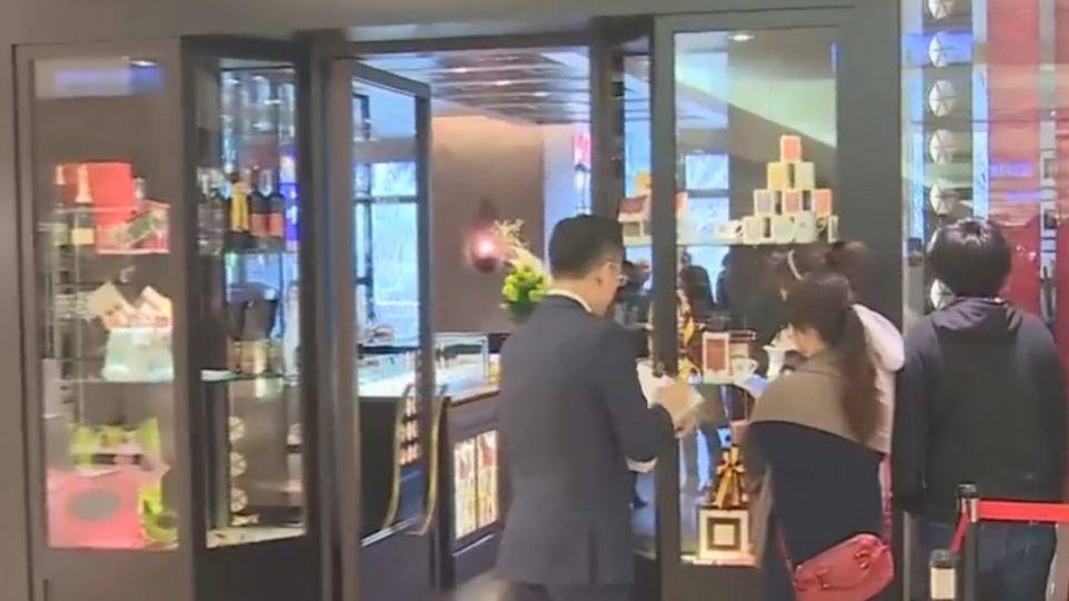 號稱「最美咖啡館」正式開幕 民眾排隊搶先嚐
