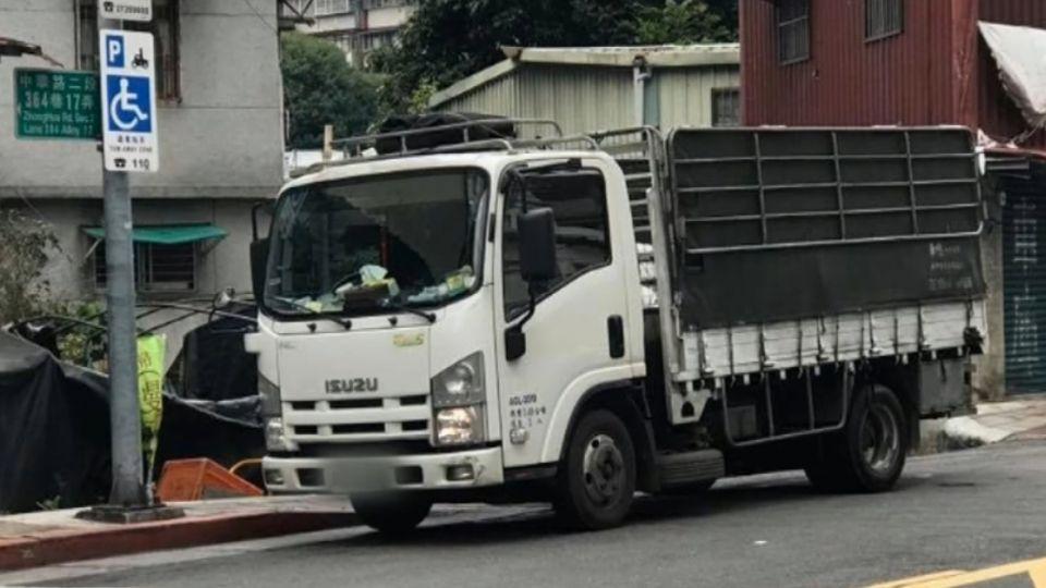 又耍特權?小貨車違停擋巷口 車上貼「立法院車證」