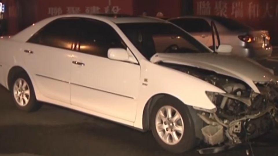 深夜路口未減速 三車撞成一團一受傷送醫