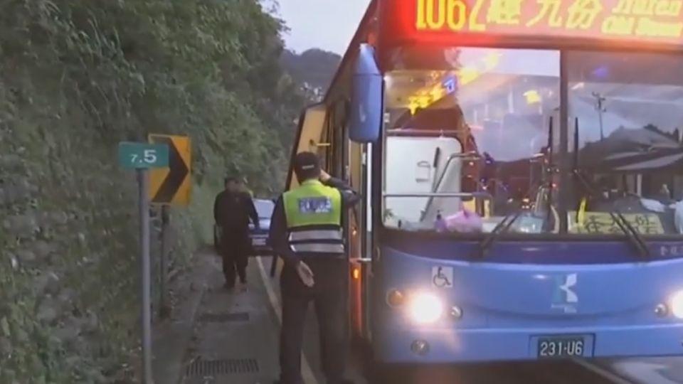 公車行駛中門突然開 國中生掉落遭輾斃