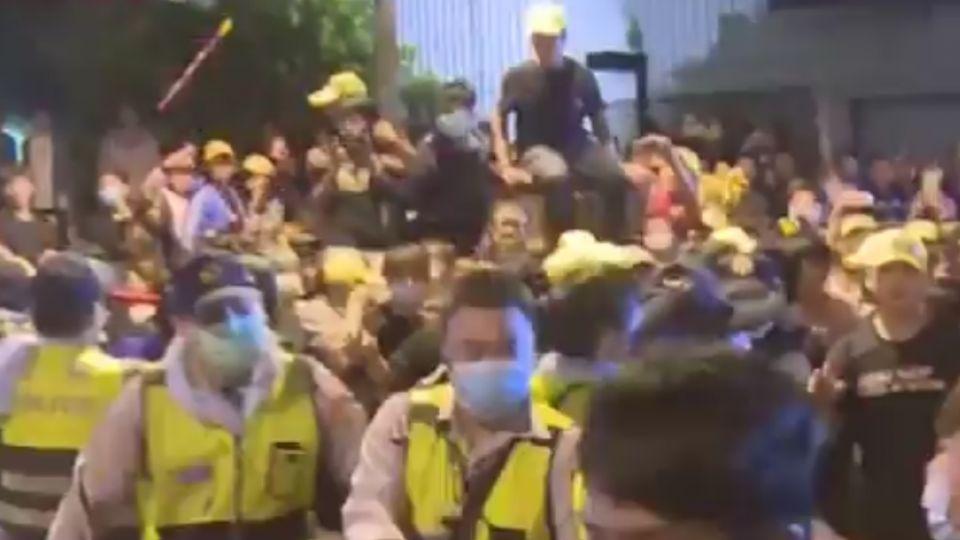 警製「採訪記者」布條防被打 被說像「墓紙」