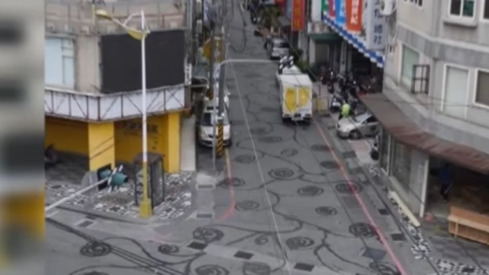 馬路成畫布!  咖啡店老闆澆水「遍地開花」