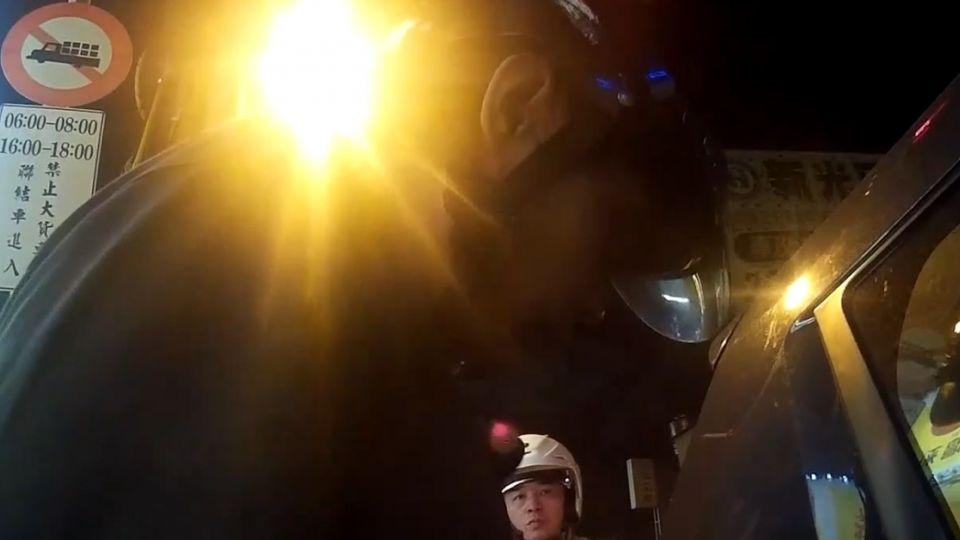 酒駕拒檢 騎士催油門衝撞3警察 被搜出毒