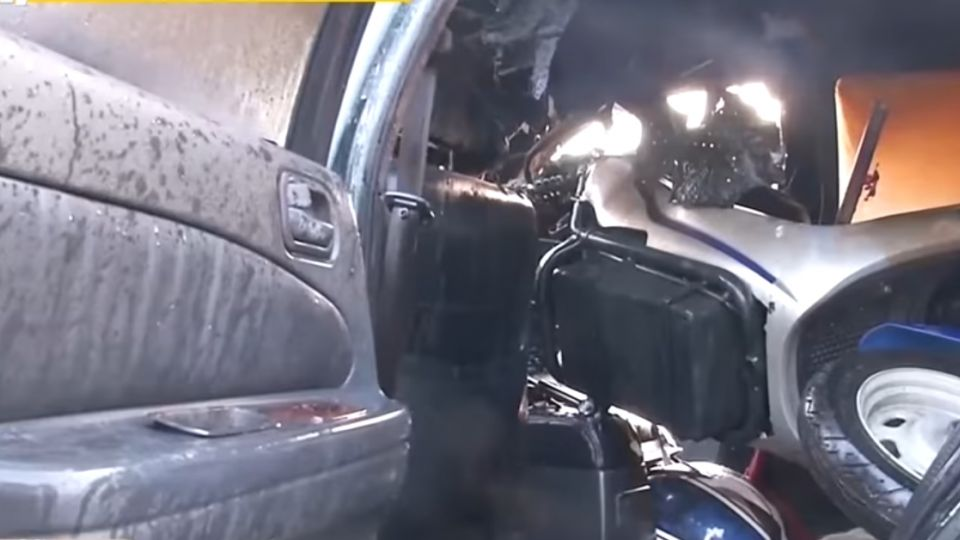兩車相撞 黑色轎車瞬間起火驚見車內有機車