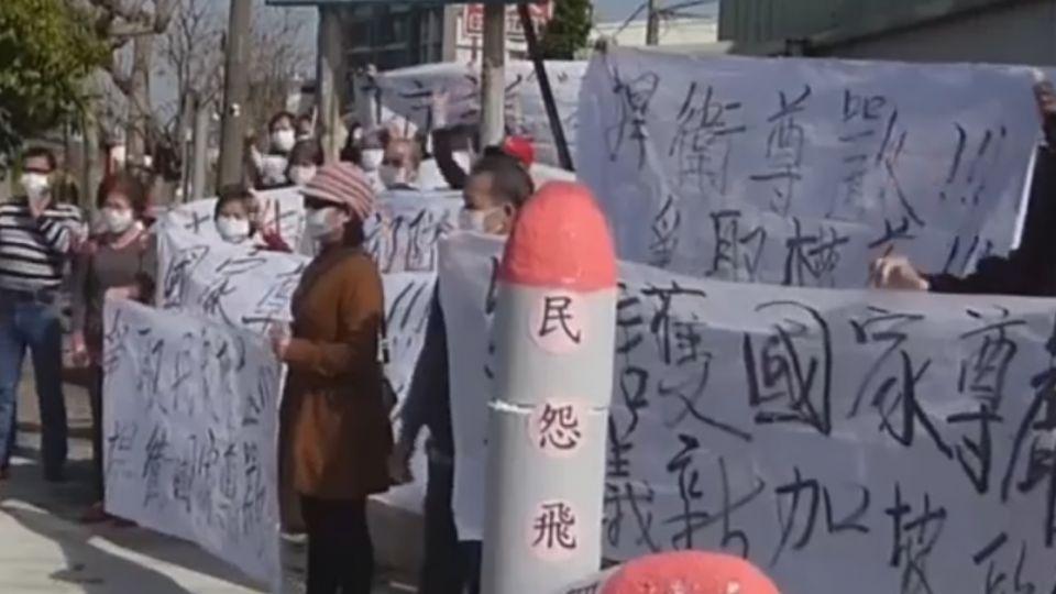 不滿星光部隊長期演訓 火砲傷民 群眾抗議