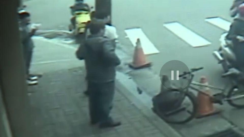 監視器獨家曝光!大批惡煞包圍少年 當街狂砍