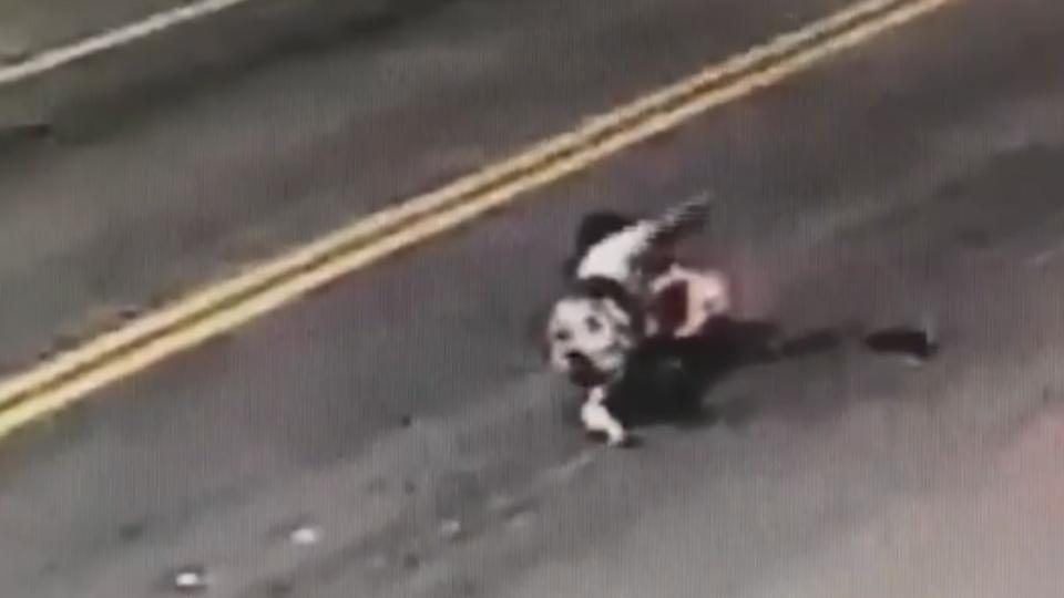 婦人穿越車陣過馬路 遭貨車輾斷腿