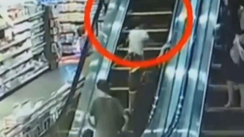 在電扶梯上搖屁股、做鬼臉 男童慘摔夾斷指