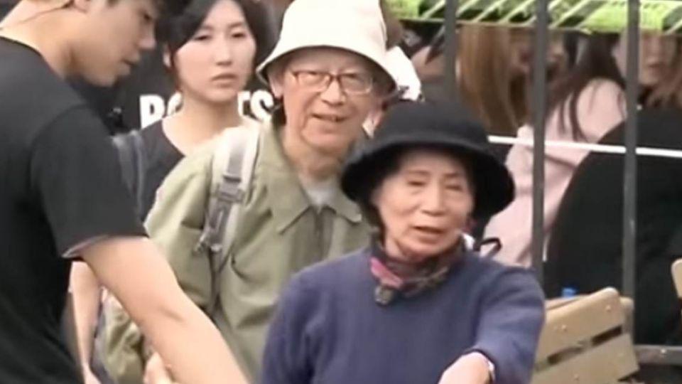 【影片】鐵粉輸了!8旬老夫妻搶排五月天 順利搶坐稀有座席