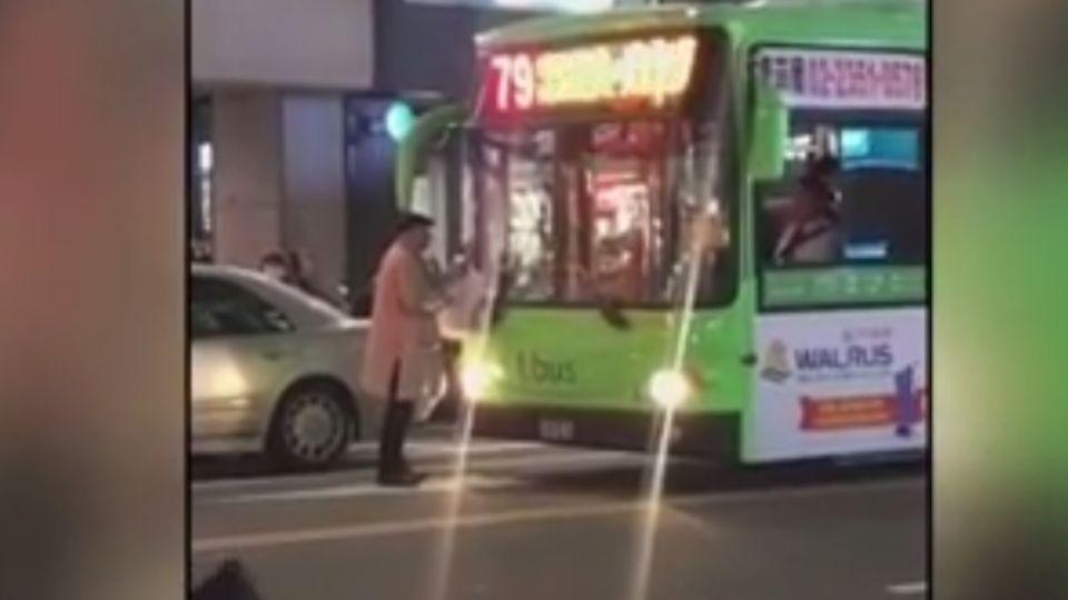 搭不到公車就擋車 司機廣播報警也沒轍