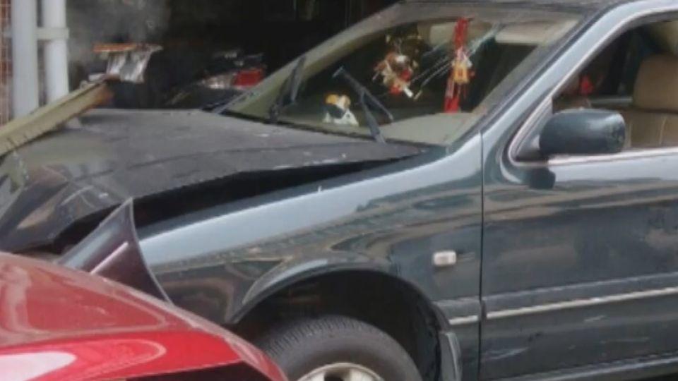 開贓車自撞路邊車輛 賊肇事棄車步行逃逸