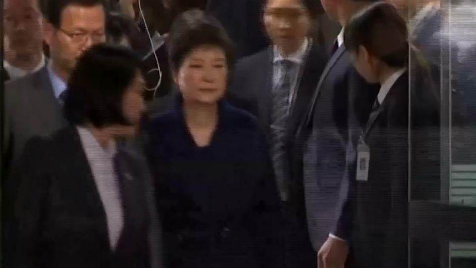 朴槿惠今清晨遭移送看守所 沒機會再梳「招牌髮髻」