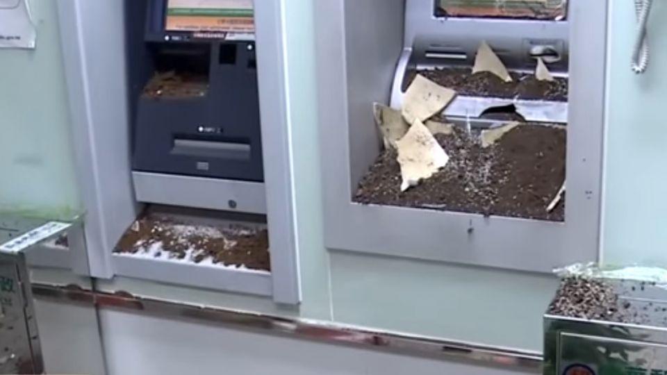 存款剩45元! 男領不到錢怒拿花盆砸ATM