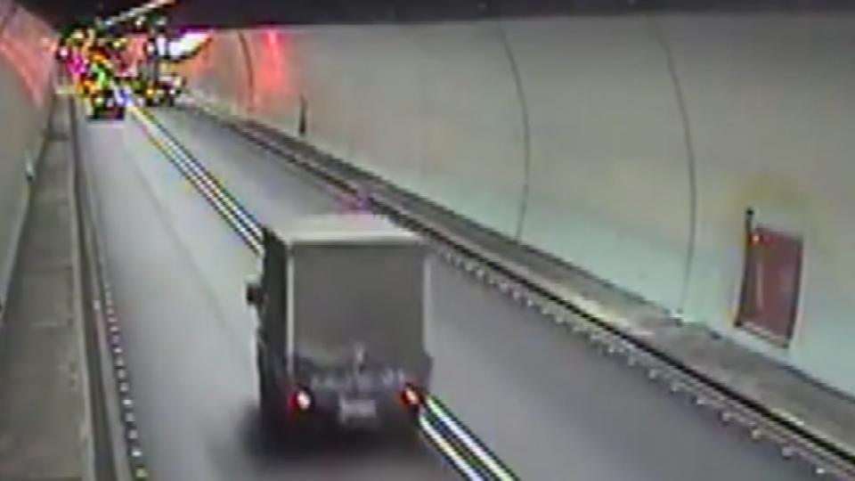驚險! 雪隧裡小貨車翻覆 胎紋不足爆胎釀禍