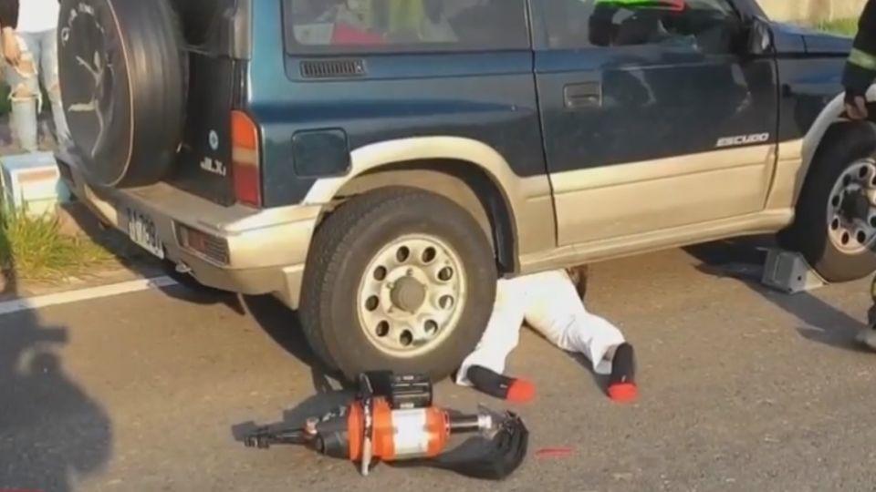 騎士撞臨停路邊轎車 遭後方吉普車輾壓卡車下
