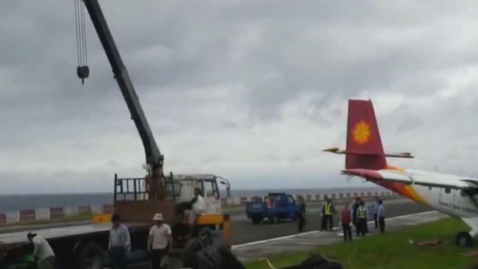 「差點飛出去」 飛機衝撞護欄 機上19人驚逃