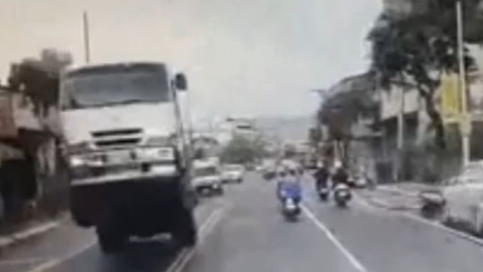 大貨車翹孤輪行駛 網友笑:駕駛是「唐老大」?