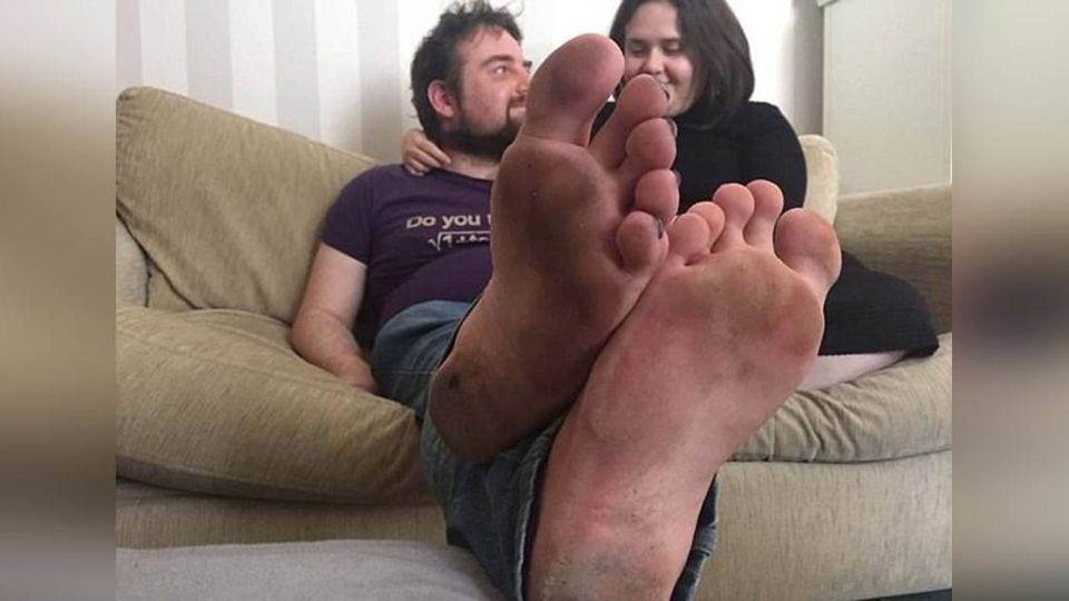 踩到玻璃不流血!他「4年沒穿鞋」女友黏ㄉㄧㄠˊㄉㄧㄠˊ