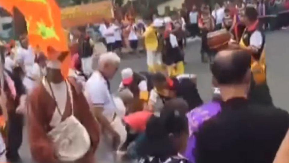 人跪地當「人肉地毯」 濟公踩人背進廟