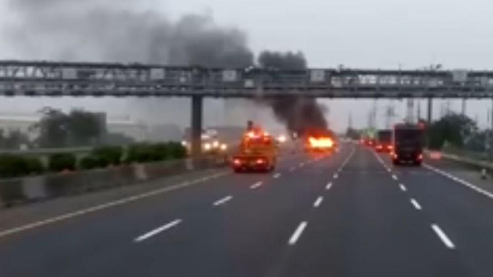 小黃自撞國道護欄起火 中年情侶檔遭燒死車內