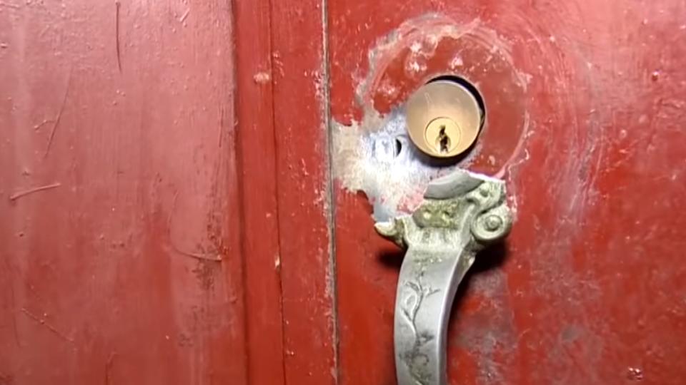 逃生路被阻上下不得 公寓鐵門如「盾牌」保衛住戶