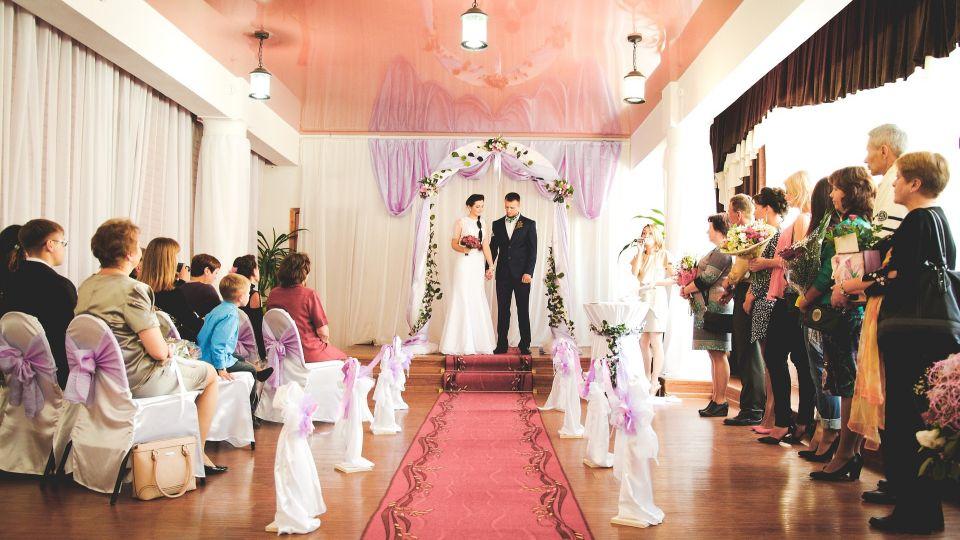 最荒謬婚禮!新郎雇200名「臨演」扮親友 新娘識破怒報警
