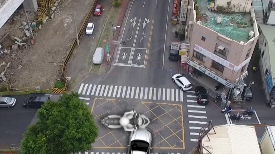 關鍵一秒變燈號 「搶黃燈」轎車撞「闖紅燈」機車