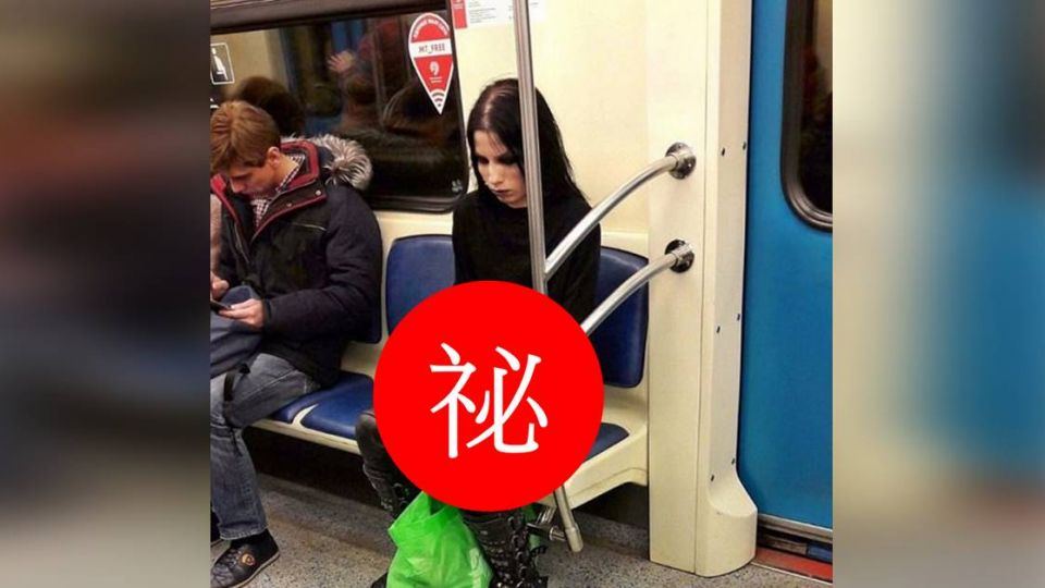 網友瘋傳!哥德風女子帶「神秘寵物」搭地鐵 沒人敢坐她旁邊