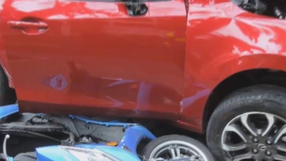 無減速追撞1車2機車 燈桿阻失控轎車