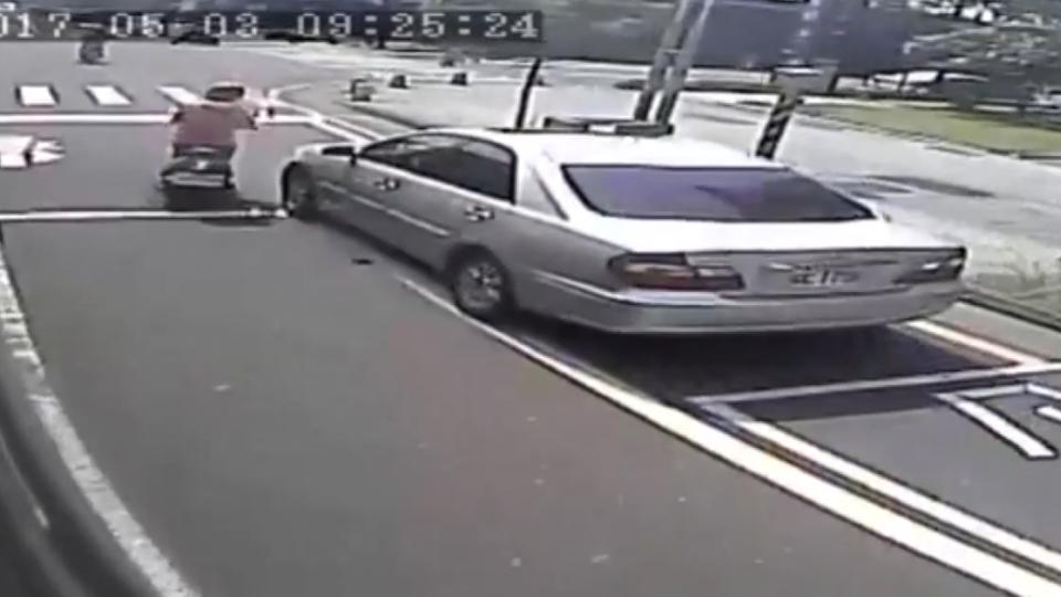 女騎士轉彎與轎車擦撞 左倒再撞公車