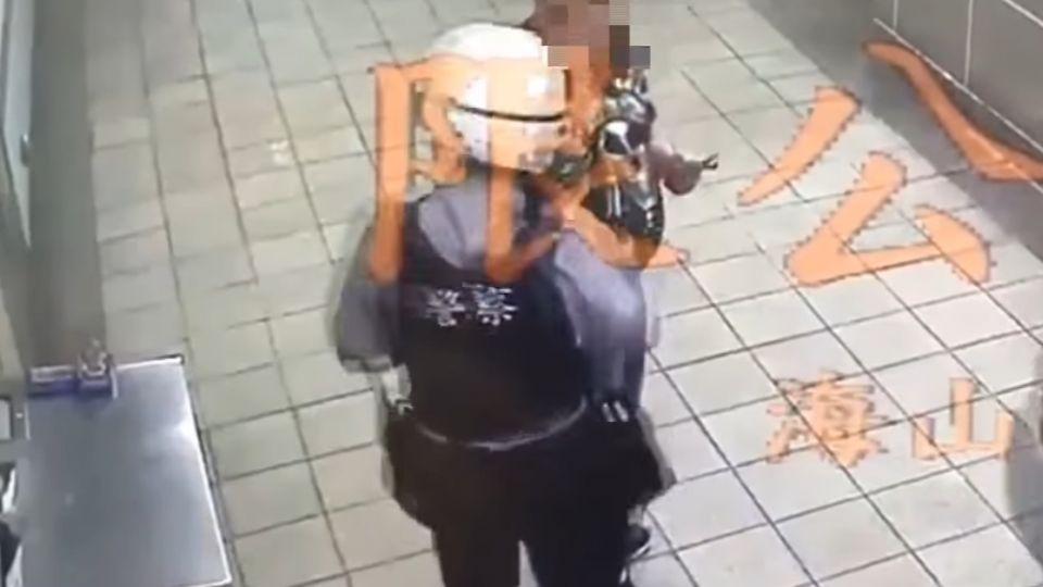 捷運站疑犯遭盤查持「辣椒水」攻擊 2警強忍痛壓制