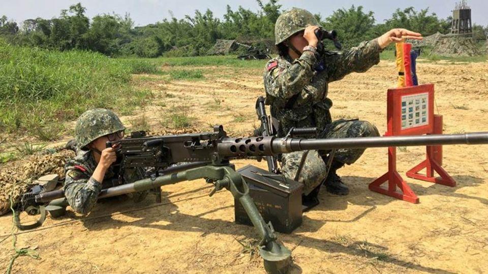 女兵操作50機槍「送給敵人打」?陸軍8軍團這樣回應