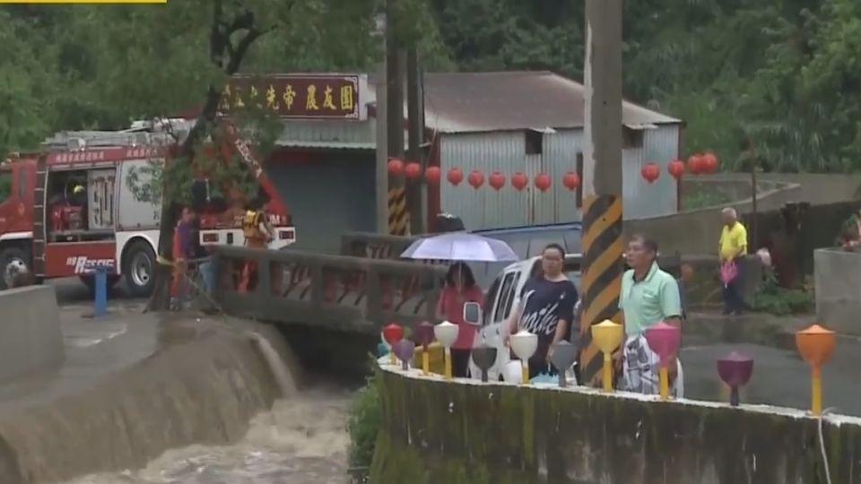 遭暴漲溪水沖走 3工人爬上岸平安脫險