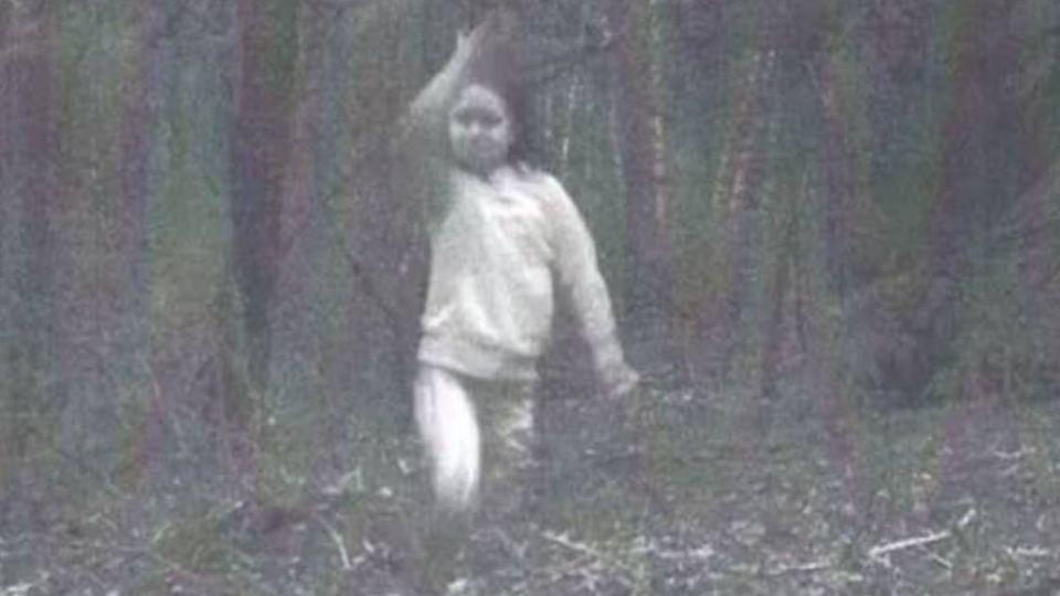 誰家孩子?「小女鬼」樹林獨自玩耍 傳被火車撞陰魂不散