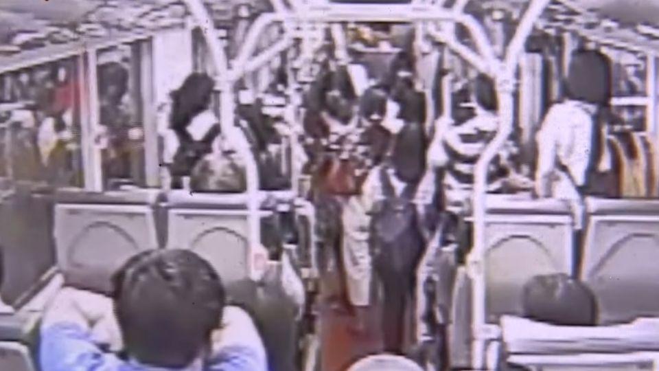 公車鎖門逮鹹豬手 男跪求和解「給妳一千」