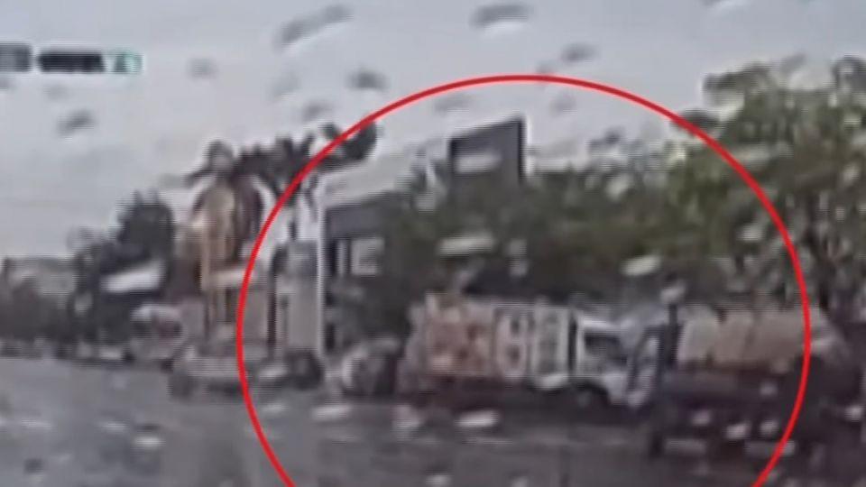 貨車180度撞路邊 目擊駕駛驚叫:像玩命關頭