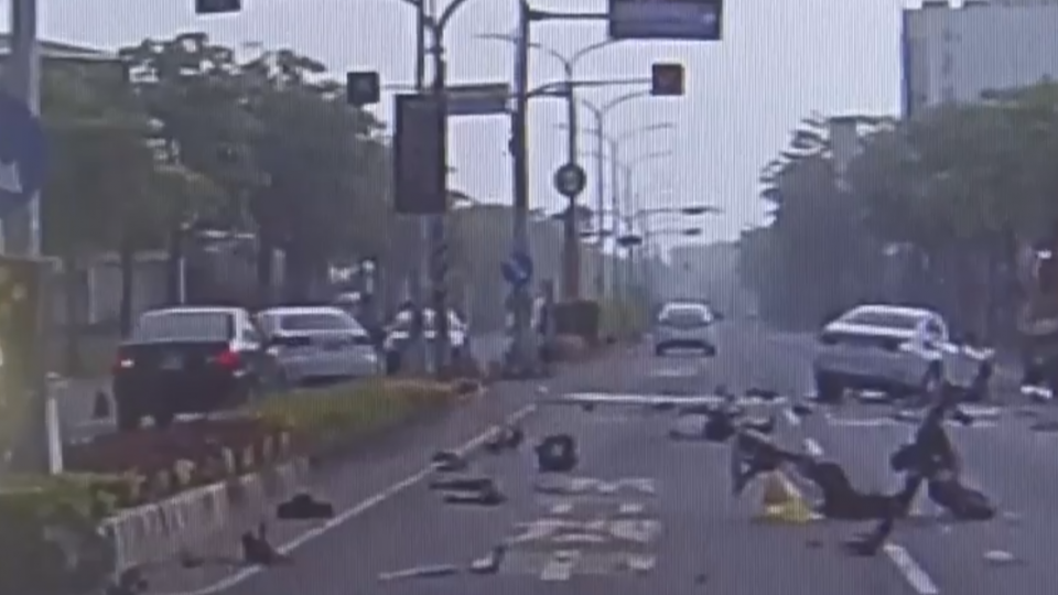 飆速釀禍!轎車對撞機車翻車解體 一死四傷