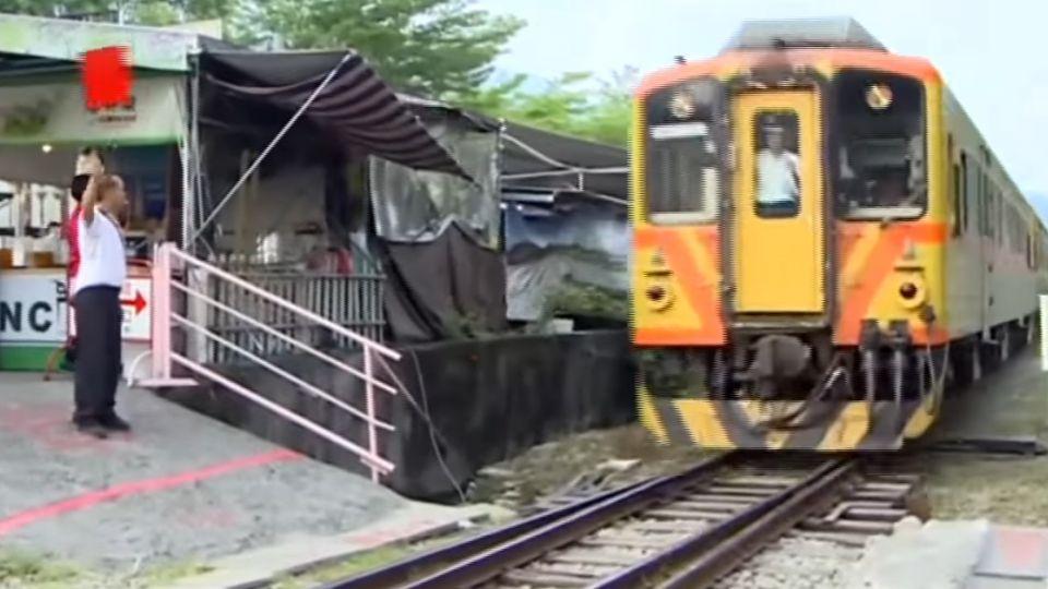 十分鐘百人闖鐵道 遊客:大家都在走