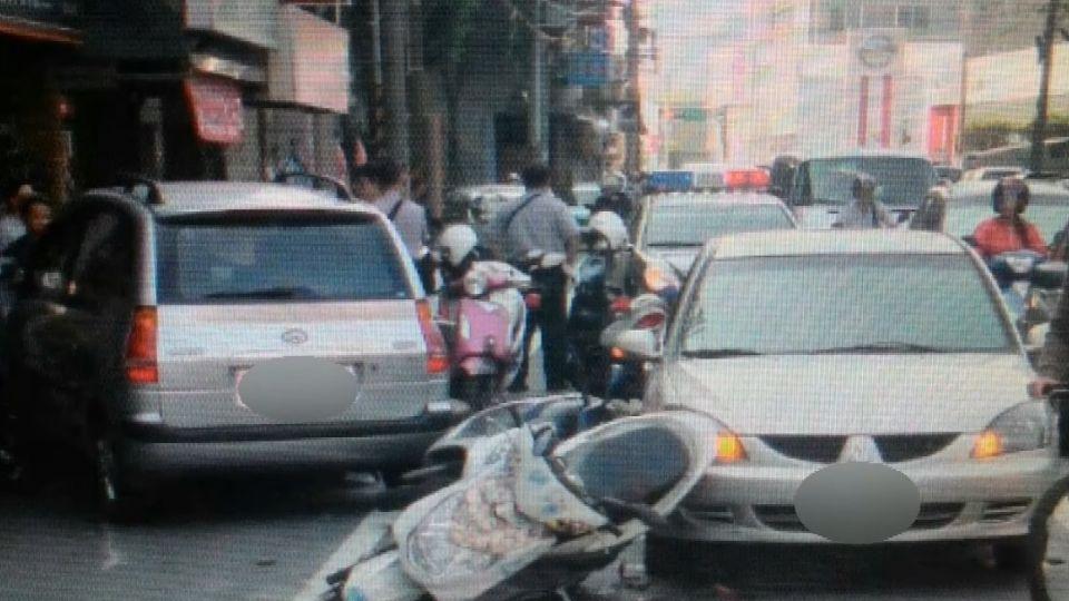 驚險!疑身體不適衝對向車道 連撞11車釀13傷