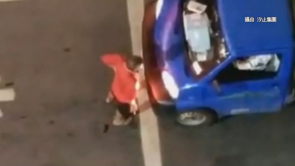 醉了?男肉身擋貨車叫囂 手伸車內毆司機