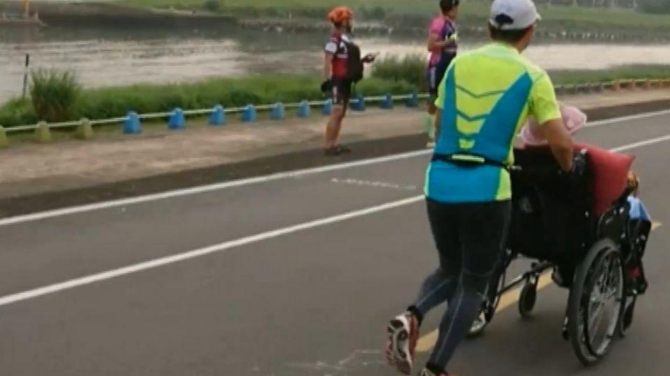 推86歲母輪椅慢跑10K 孝醫:母心情變好