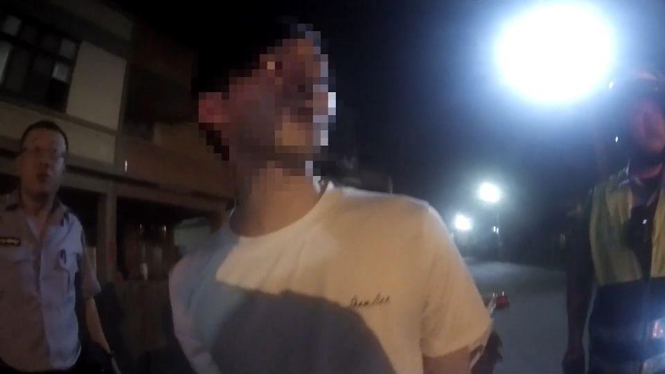 通緝犯遭警攔催油門落跑 2警猛力擋逮人