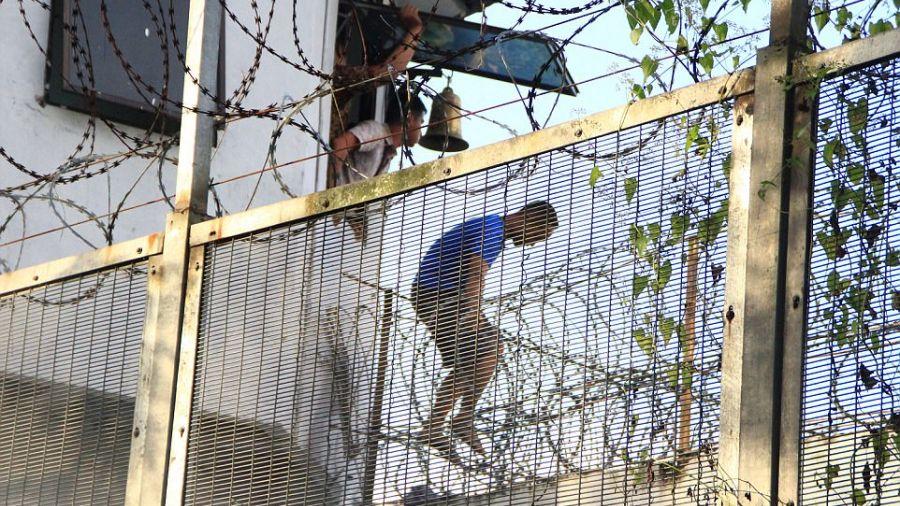 【影片】攔不住!印尼348人集體破門越獄 警方追到好想哭