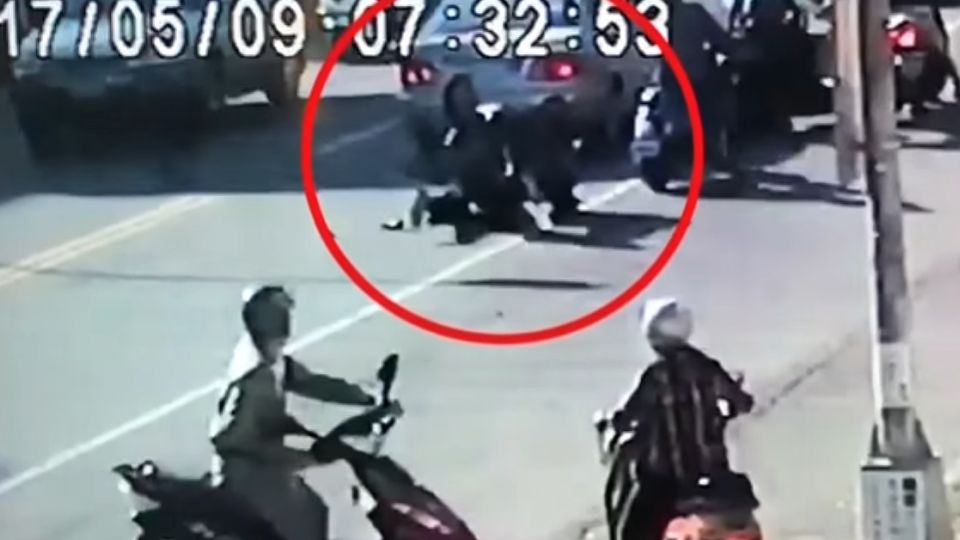 砰砰砰!連撞三車倒栽蔥 機車騎士遭壓車底