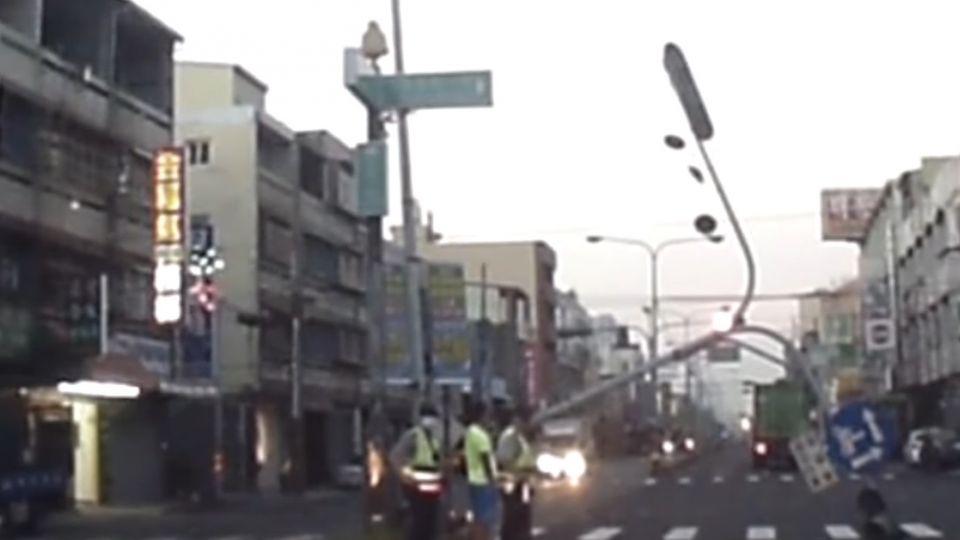 拖板車勾斷號誌桿 紅綠燈桿橫亙路口